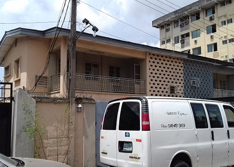 A well-built 3 bedroom semi-detached house with 2 rooms' BQ